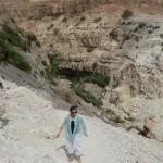 Weiter rauf – ein Bild mit Seltenheitswert! Irene trotz Höhenangst ziemlich weit oben auf schmalem Pfad
