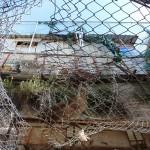 Hebron: Schutzzaun / Schutz-Abdeckung gegen Wurfgegenstände der jüdischen Siedler über dem palästinesischen / arabischen Markt