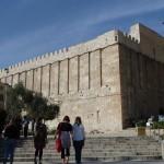 Zum Eingang der Synagoge