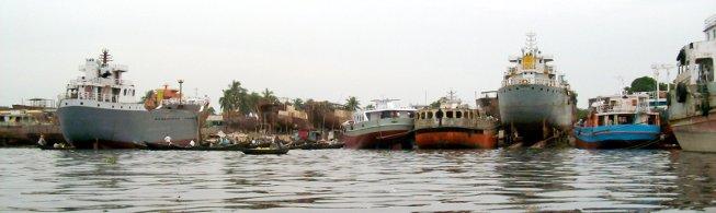 Anders Ufer des Buriganga mit Werften