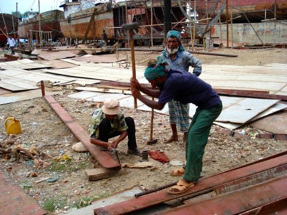 Werftarbeiter mit Stahlmeißel und Vorschlaghammer