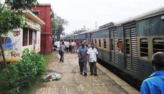 Unser Zug bei einem Halt - man beachte das Dach unseres Intercity weiter vorn